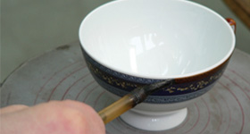 To make porcelain, we need: kaolin, feldspar paste, quartz and other ingredients.